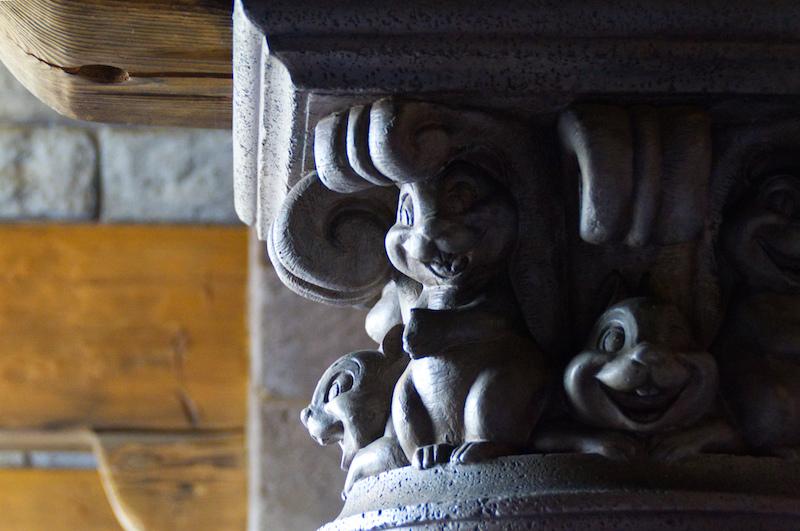 Kleine Eichhörnchen im Disneyland Paris