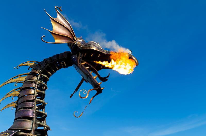 Der feuerspeiende Drache bei der Disney Parade im Disneyland Paris