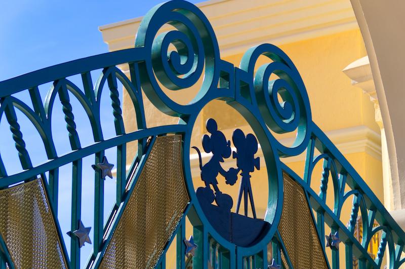 Das Eingangstor mit Micky Maus zu den Walt Disney Studios