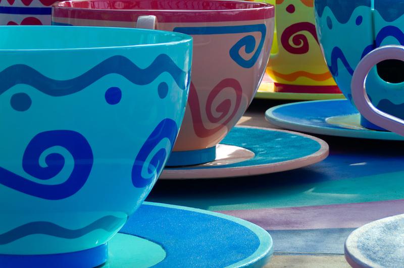 Bunte Teetassen in Disneyland Paris
