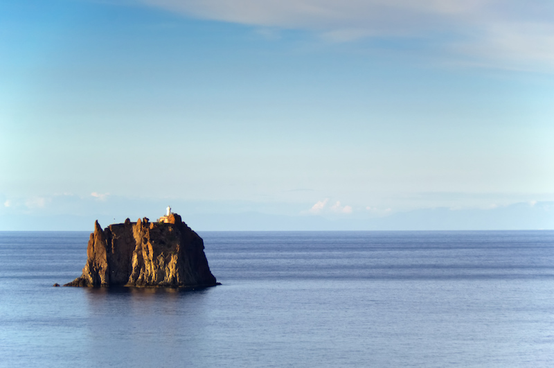 Die kleine Insel Strombolicchio mit Leuchtturm