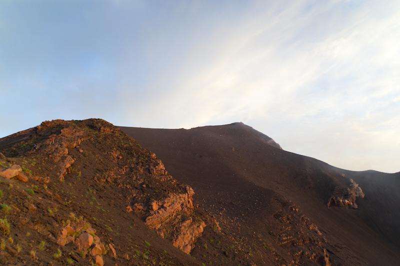Rot-aschiger Gipfelhang des Stromboli
