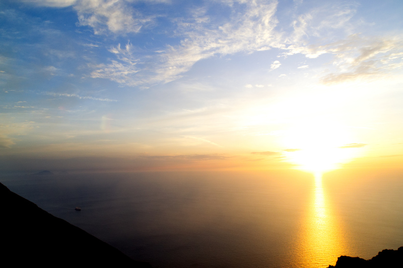 Sonnenuntergang über dem Mittelmeer von den Hängen des Stromboli gesehen