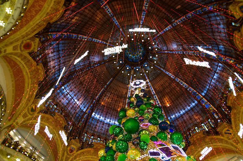 Glitzernder Weihnachtsbaum in der Galerie Lafeyette