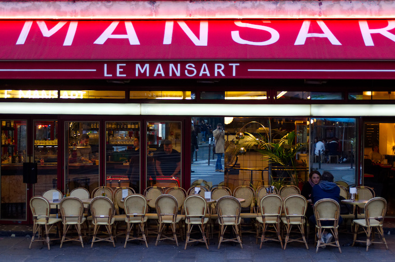 Bistro in Paris mit Paar