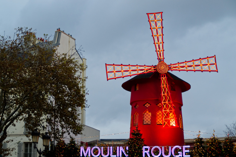 Das Moulin Rouge bei Dämmerung