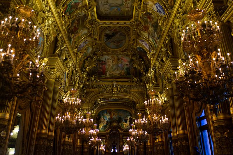 Kronleuchter, goldene Säulen in der Oper
