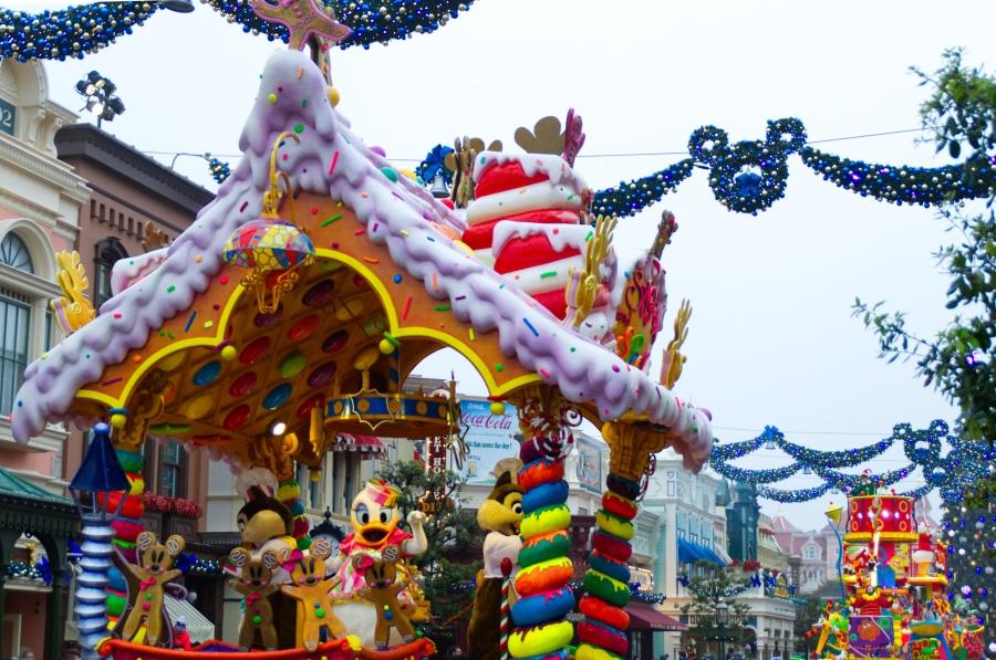 Farbenfrohe Festwägen in Disney's Weihnachtsparade