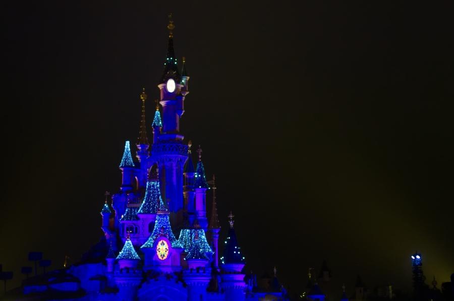 Weihnachtlich beleuchtetes Dornröschenschloss