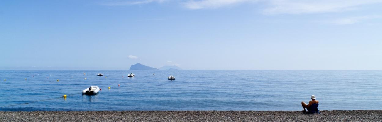 Am Strand von Lipari mit Blick auf Stromboli