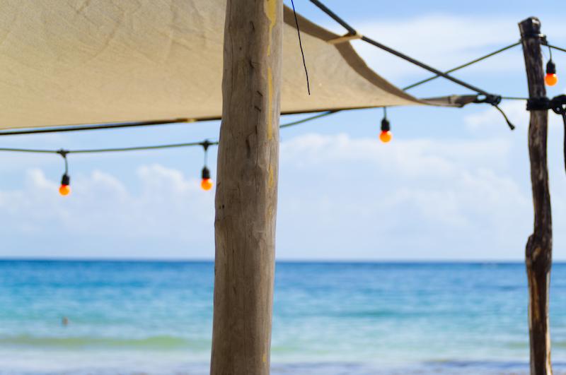 Blick über die Karibik von einer Strandbar aus