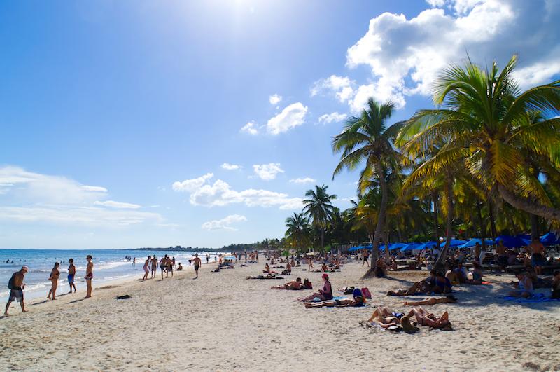 Der Strand von Tulum mit Palmen