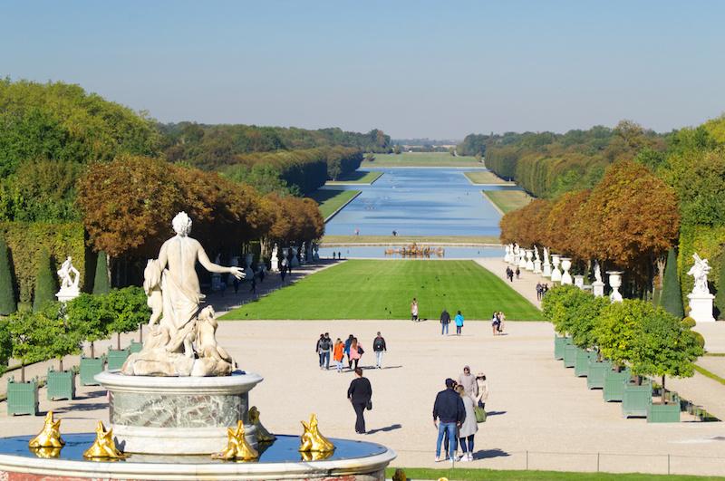 Überblick über die Gärten von Versailles mit großem Kanal im Hintergrund