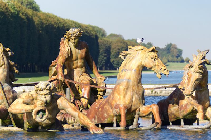 Der mächtige Brunnen im Herzen Versailles