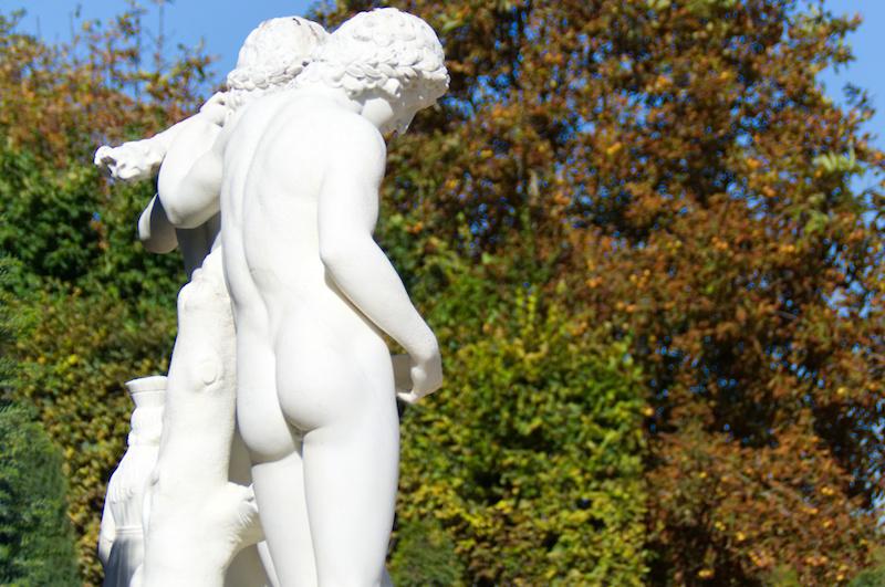Entzückende nackte Hintern in Versailles