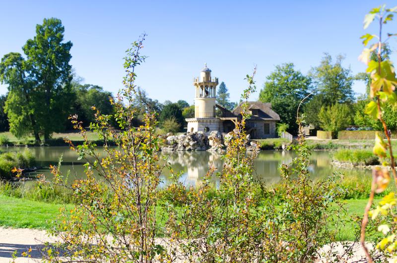Kleiner Leuchtturm im Dorf der Marie Antoinette