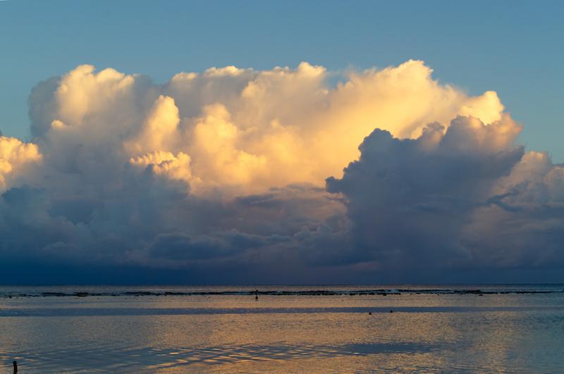 Wolkengebirge bei Sonnenuntergang über dem Meer vor Mahahual