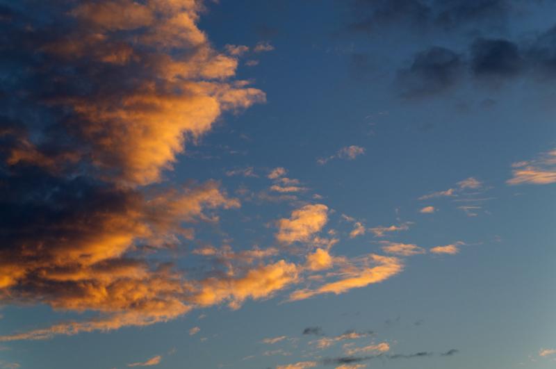 Rot-gold gefärbte Wolken beim Sonnenaufgang