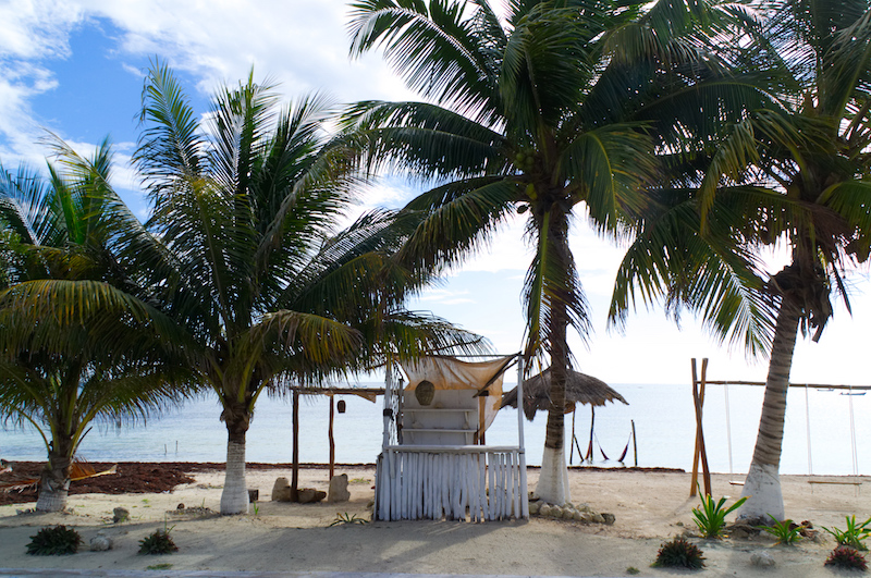 Eine kleine Hütte am Strand