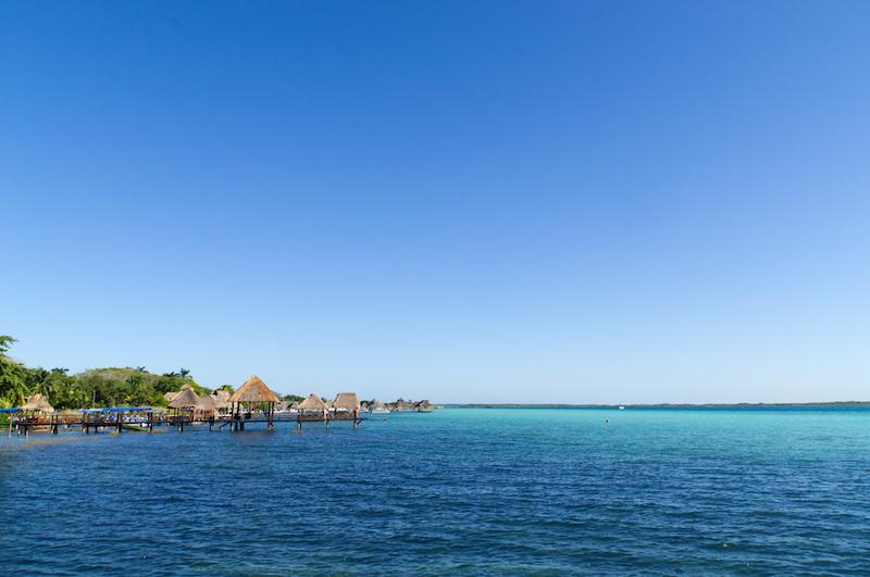 Stege führen über das Wasser der Lagune von Bacalar