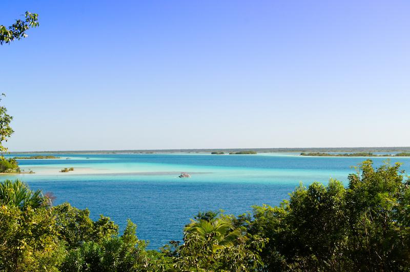 Die riesige blaue Lagune von Bacalar