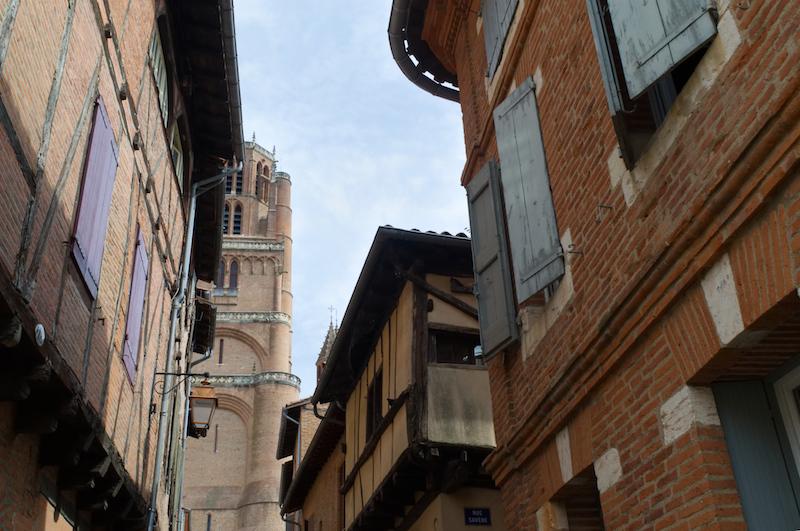 In den Gassen von Albi mit Blick auf den Turm der Kathedrale