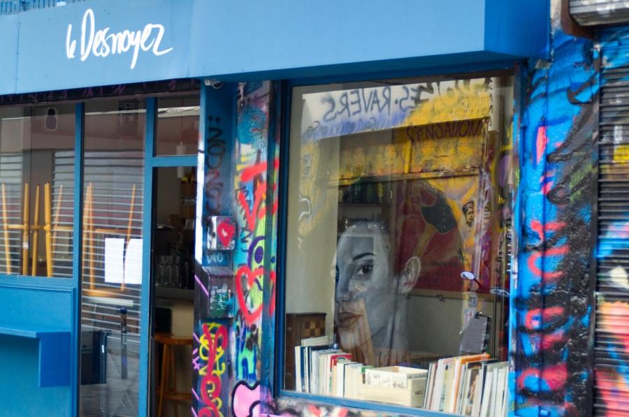 Streetart spiegelt sich im Schaufenster