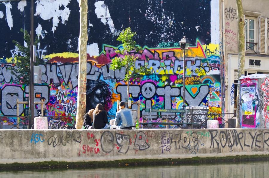 Jugendliche sitzen am Canal Saint Martin