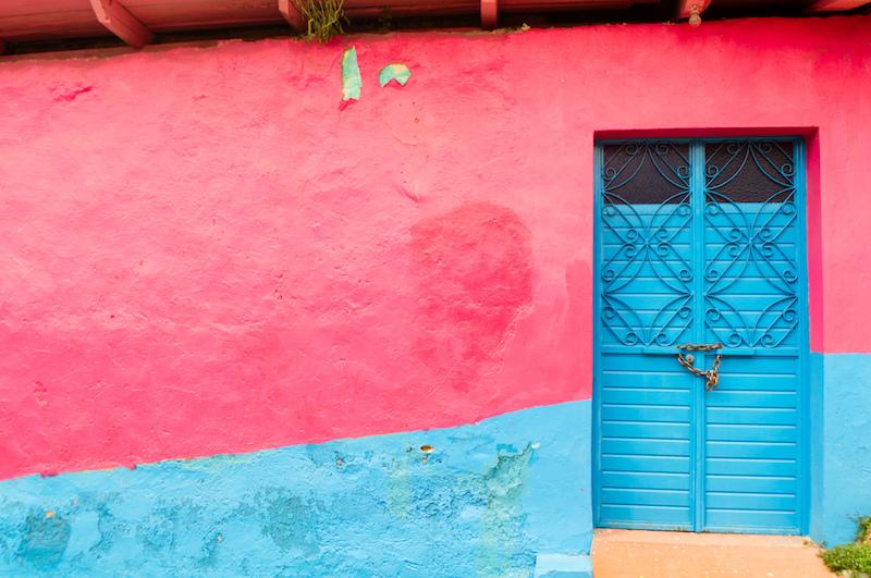 Rosa-blaue Wand mit Tür