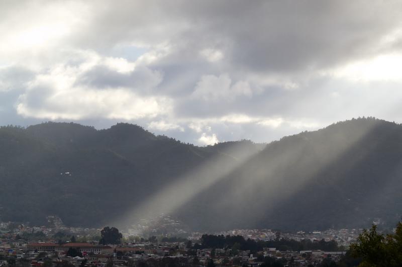 Blick über San Cristobal und Hügel