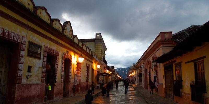 Fußgängerzone in San Cristobal bei Dämmerung