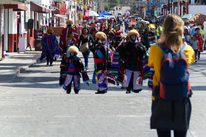 Eine Backpackerin fotografiert die Gran Fiesta in Chiapa de Corzo