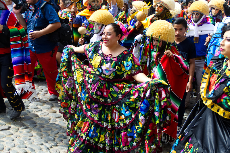 Eine Frau zeigt stolz ihr Kleid