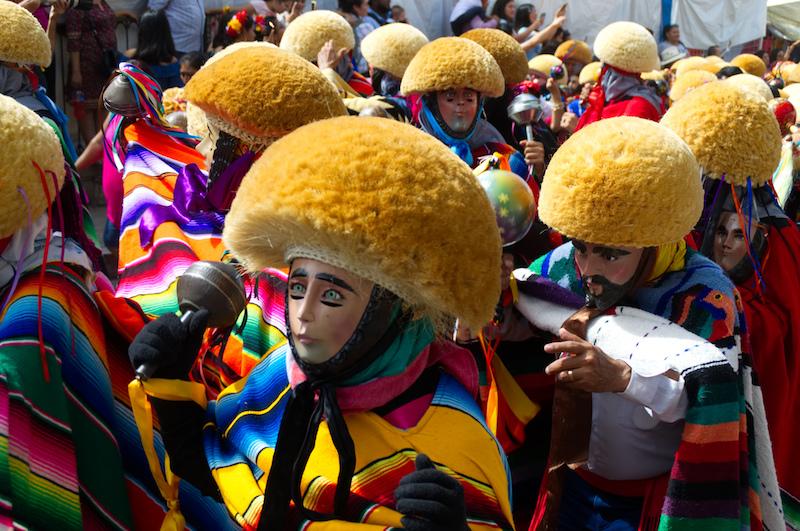 Traditionelle Kostüme mit Masken bei der Gran Fiesta