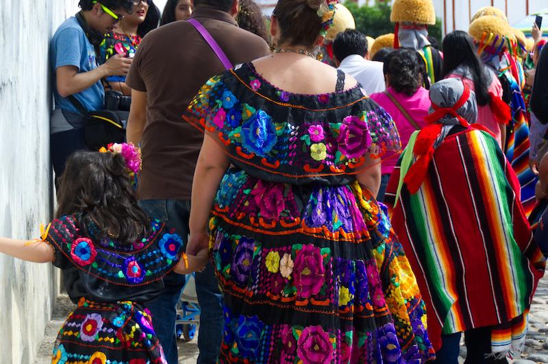 Buntbestickte Kleider der Frauen in Chiapa de Corzo