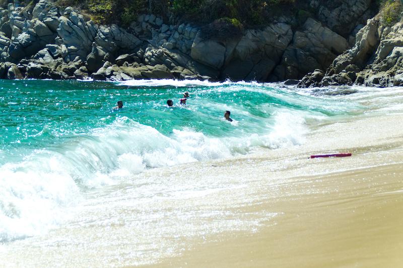 Menschen baden in den Wellen