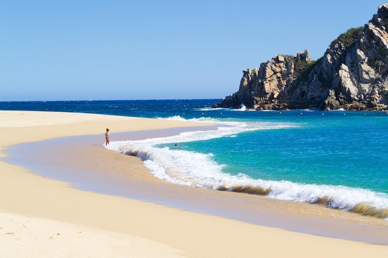 Eine Frau am Strand von Cacaluta