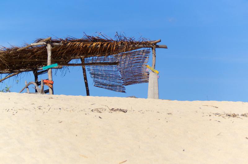 Sand und Hütte und blauer Himmel