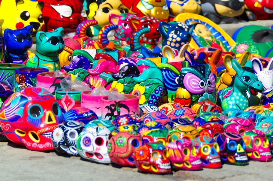 Kleine bunte Figuren eines Straßenhändlers