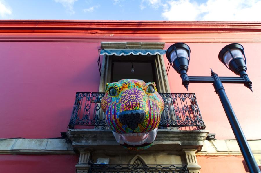 Bunter Jaguar-Kopf über dem Eingang eines Hauses