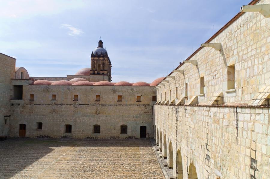 Innenhof des alten Konvent von Oaxaca mit Santo Domingo im Hintergrund
