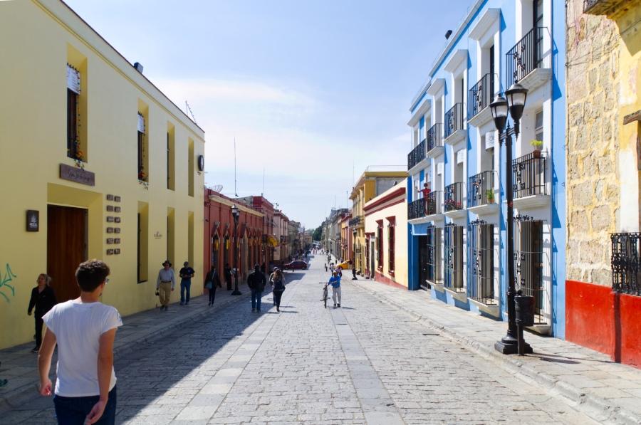 In der Fußgängerzone mit ihren kolonialen Bauten