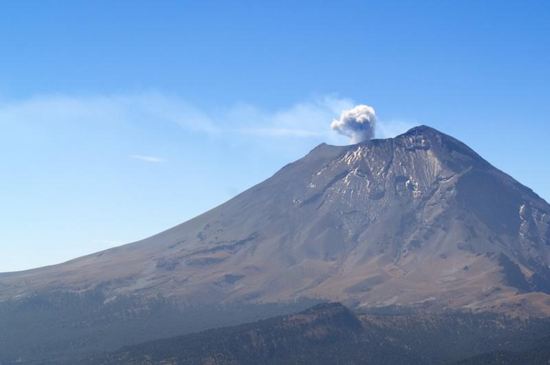 Rauch steigt aus dem Krater des Vulkans auf