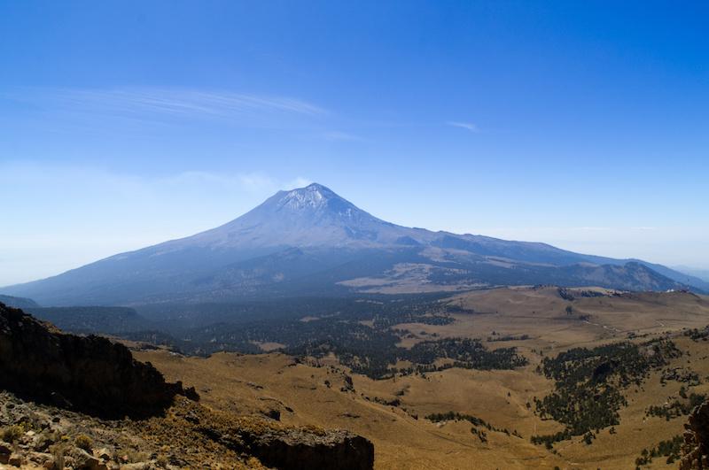 Popocatepetl und die sanfte Landschaft des Nationalparks herum