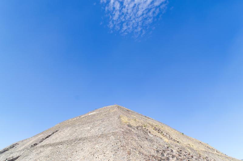 Die Pyramide der Sonne von Teotihuacan ist ein gewaltiger Berg aus Stein