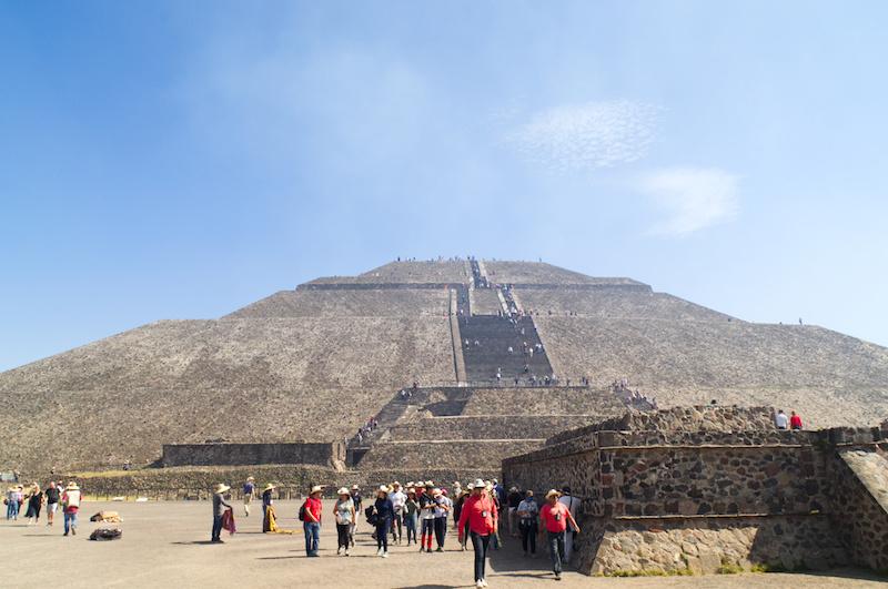 Unzählige Stufen führen hinauf auf die Pyramide der Sonne