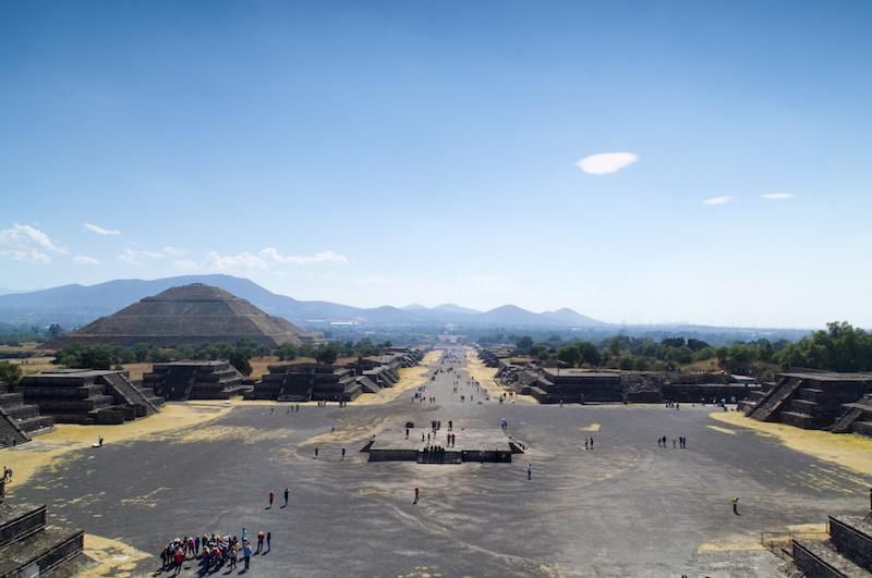Von der Pyramide des Mondes blicken wir zurück in Richtung Pyramide der Sonne