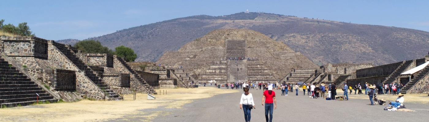 Die Prachtstraße von Teotihuacan mit der Pyramide des Mondes am Ende