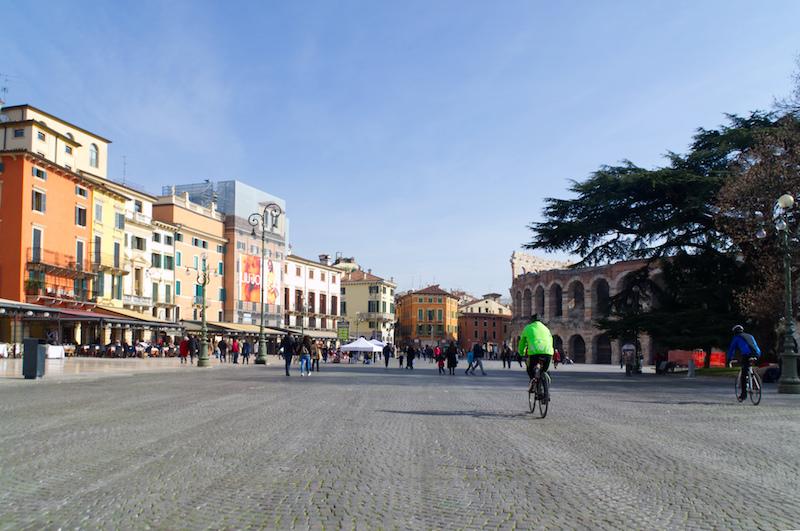 Piazza in Verona mit Arena und Radfahrer