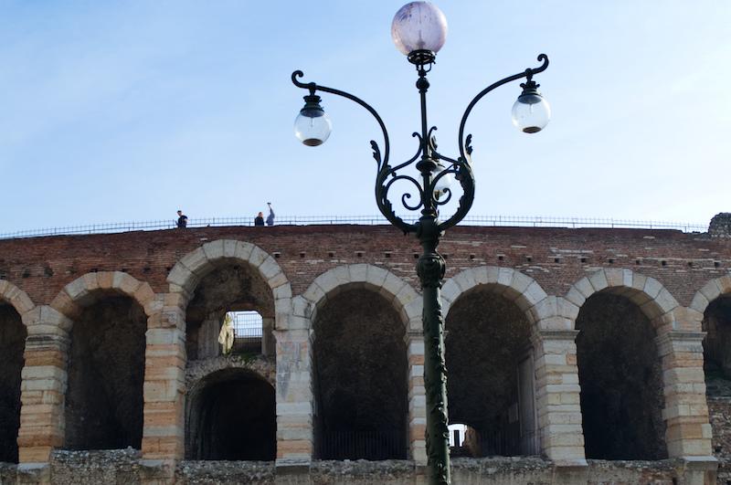 Menschen spazieren auf der Arena von Verona